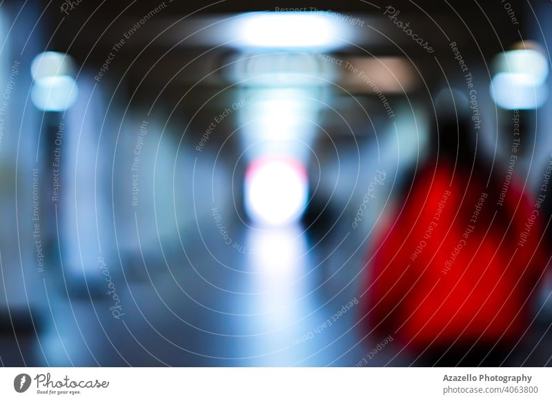 Silhouette einer jungen attraktiven Dame in Rot in Unschärfe. abstrakt zielen Strahl blau verschwommen hell Farbe konzeptionell defokussiert Regie Ende Ausdruck
