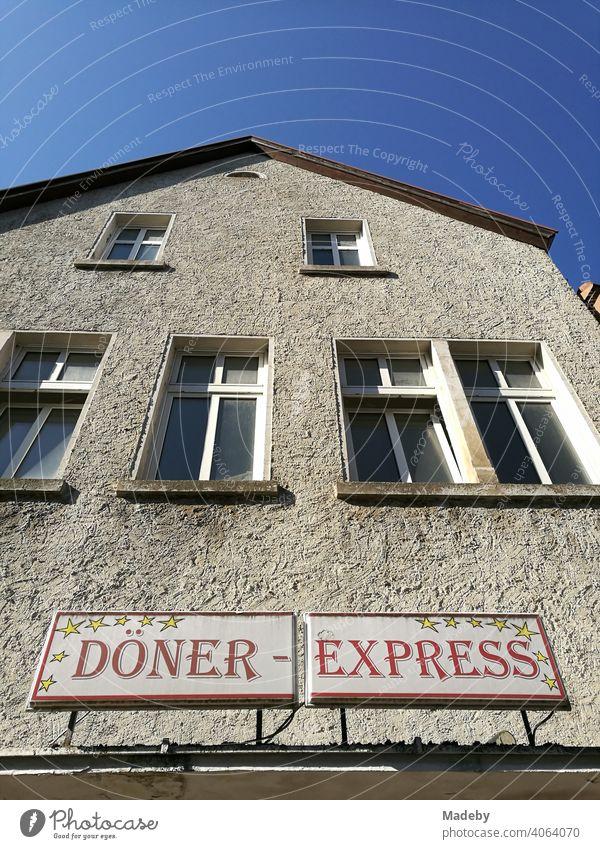 Altbau mit Strukturputz in Naturfaben und dem Schild Döner Express im Sommer bei Sonnenschein in der Altstadt der Hansestadt Lemgo bei Detmold in Ostwestfalen-Lippe in Deutschland