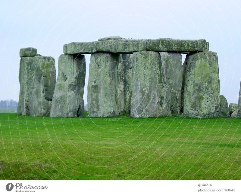 Stoneheng Farbfoto Außenaufnahme Textfreiraum unten Tag Kontrast Natur Landschaft Urelemente Himmel schlechtes Wetter Grünpflanze Wiese Ruine Tor Observatorium