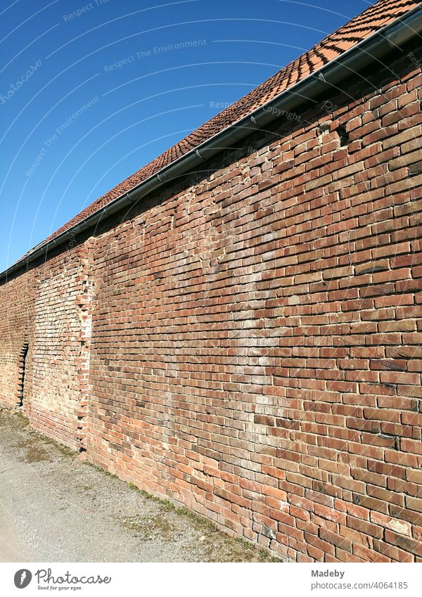 Alte Klinkerfassade aus rotem Backstein im Sonnenschein vor strahlend blauem Himmel in der Hansestadt Lemgo bei Detmold in Ostwestfalen-Lippe mauer Mauerwerk