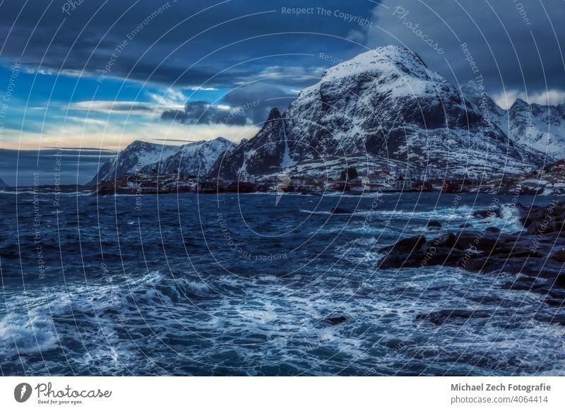 Winterlandschaft der Lofoten in Norwegen, wo der Ozean auf die Berge trifft Länder Orte Reisen Schneebedeckte Gipfel Skandinavien Reisefotografie Winterurlaub