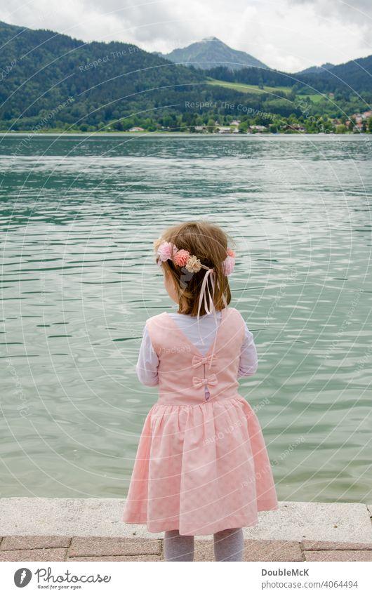 Ein Mädchen mit einem Blumenkranz steht am See und guckt in die Ferne Farbfoto Mensch verkleiden Kindheit Krone Fröhlichkeit Spaß haben Feste & Feiern 1 anonym