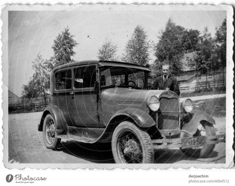 Ein stolzer Autobesitzer 1936 in Danzig, mit seinem schicken Flitzer. automobil PKW Fahrzeug alt Nostalgie Oldtimer Detailaufnahme altehrwürdig historisch
