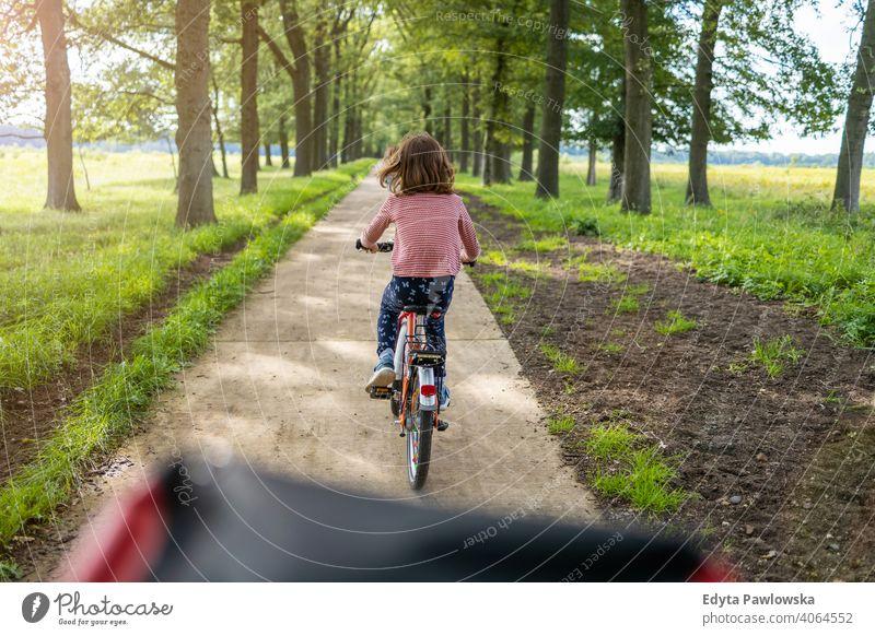Kleines Mädchen Radfahren auf dem Lande Familie Sicherheit Menschen Kinder Fahrradfahren Zyklus Europa holländisch Niederlande im Freien Natur Rücken