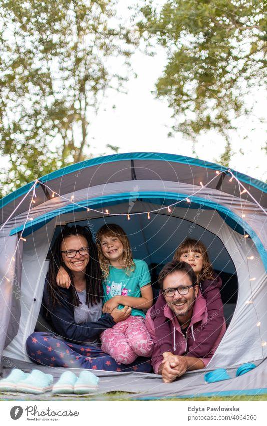 Glückliche Familie genießt den Campingurlaub wandern Fahrradfahren Urlaub Feiertag Zelt Wald Kinder Lächeln Nacht Abend Wanderung Trekking Wildnis wild Natur