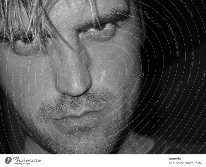 böser Blick Schwarzweißfoto Studioaufnahme Nahaufnahme Experiment Textfreiraum rechts Licht Schatten Zentralperspektive Porträt Blick in die Kamera
