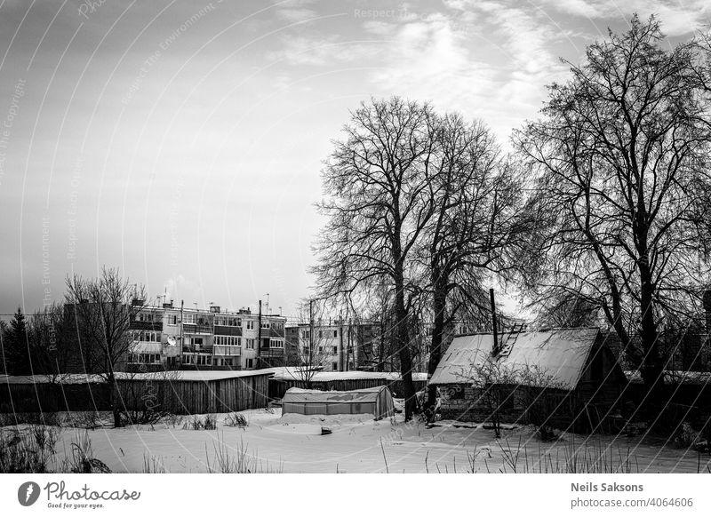 Landschaft mit Blockhäusern, Gewächshaus und alter Hütte im Winter Antenne Hintergrund schön Schönheit Gebäude Tag Ökologie Umwelt umgebungsbedingt Wald