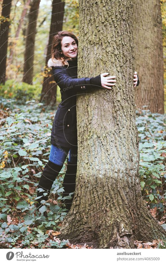 junge Frau umarmt einen Baum im Wald - Naturliebhaber Junge Frau Umarmen Baumstamm umarmung Naturerlebnis Naturliebe naturliebhaber Ökosystem Umwelt Tag Hippie