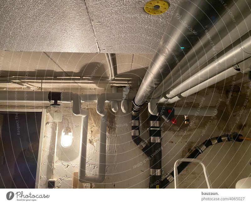 heizungsraum. Heizung Wärme Energiewirtschaft heizen Luftwärmepumpe Heizungsanlage Wärmepumpe ökologisch nachhaltig Wärmegewinnung Wohnhaus Umweltschutz