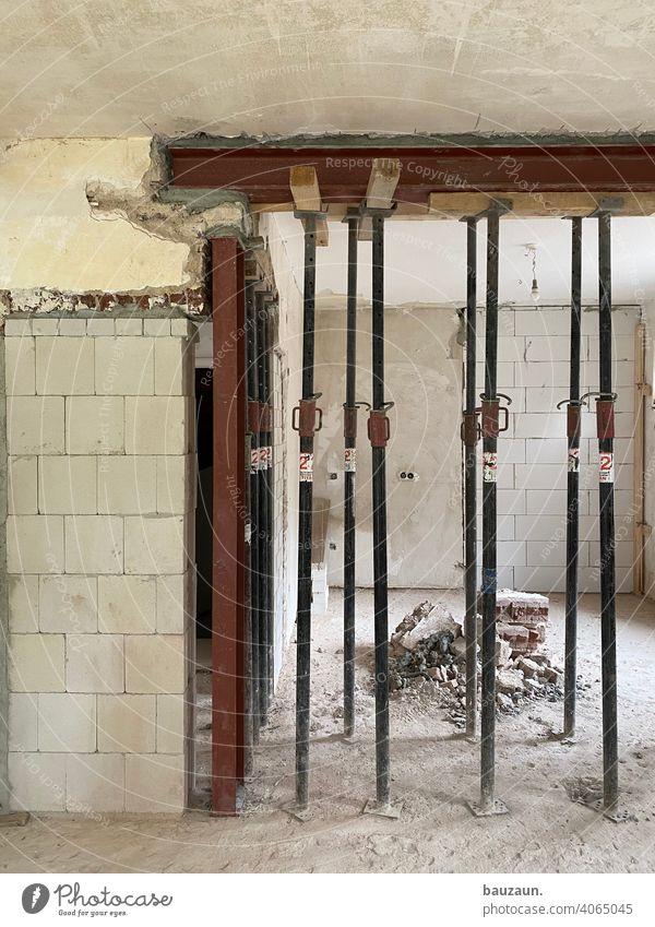 stützenwald. Wand Mauer kaputt Menschenleer Haus Farbfoto Gebäude Renovieren Gedeckte Farben Fenster Architektur Bauwerk Baustelle Handwerker Holzbalken Decke