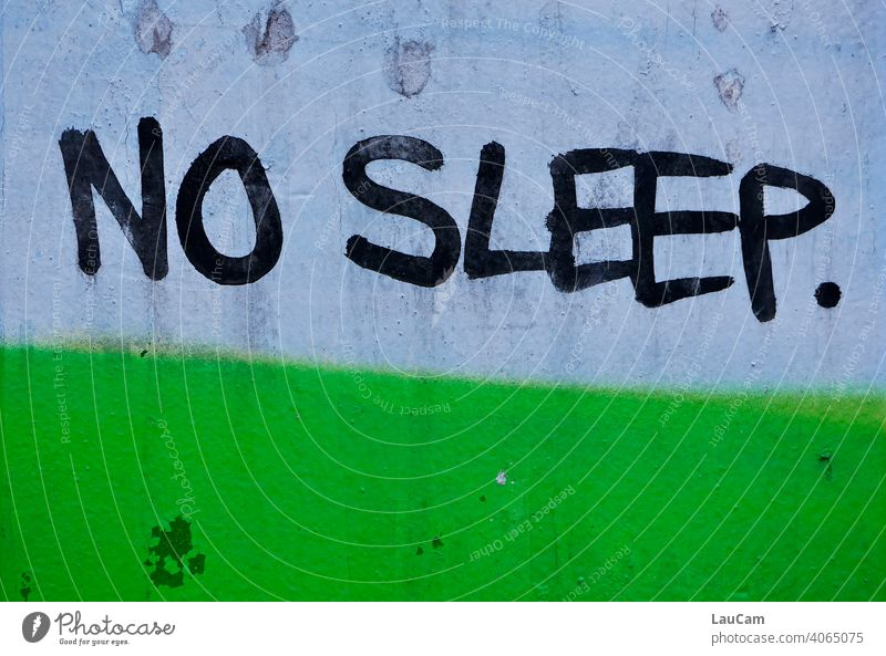 """Schwarzer Schriftzug """"No Sleep"""" auf einem blau-grünen Hintergrund grünblau grün-blau schlafen Schlaf schlaflos Schlaflosigkeit schlafend wach Wachheit sleep"""