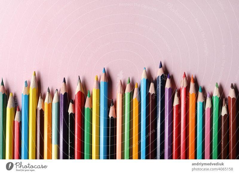 Buntstifte Set, Reihe Holz Buntstifte isoliert auf rosa Hintergrund. Buntstifte zum Zeichnen. copy space. Farbe vereinzelt nach oben schließen Stifte stechend