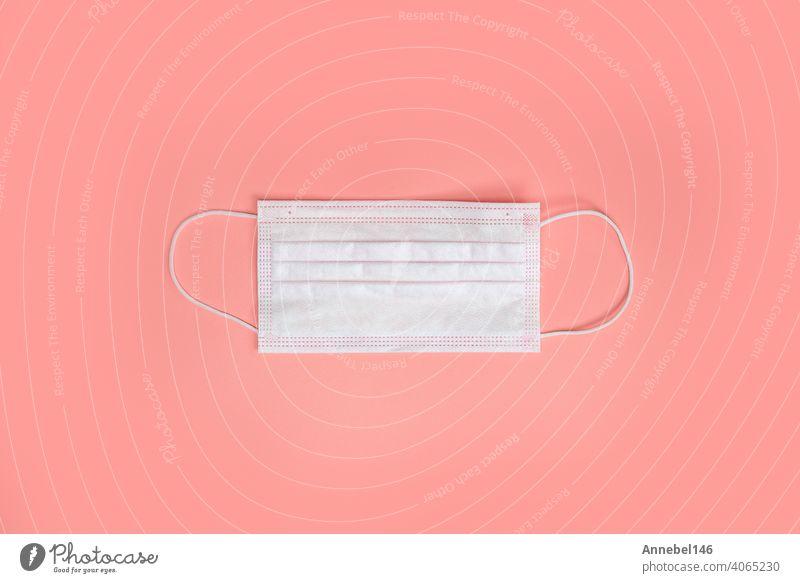 Medizinische Einweg-Schutzgesichtsmasken auf einem rosa Hintergrund. Das Konzept der Schutz der Gesundheit vor dem Virus. Kopierraum, Draufsicht. flat lay Coronavirus, covid-19, Geschäft, Gesundheit Konzept