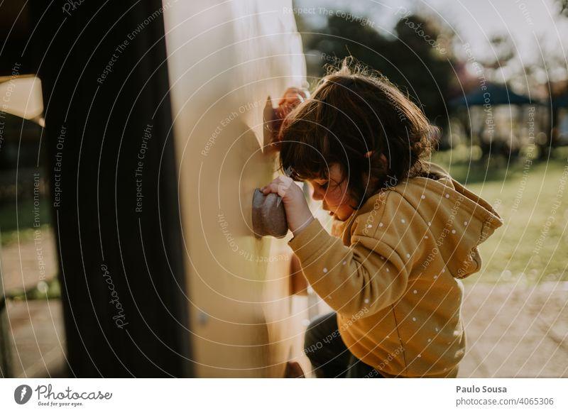 Kinder-Kletterwand Klettern Spielen Spielplatz Park Kindheit Abenteuer Kaukasier 1-3 Jahre Freude Mensch Außenaufnahme Farbfoto Freizeit & Hobby Fröhlichkeit