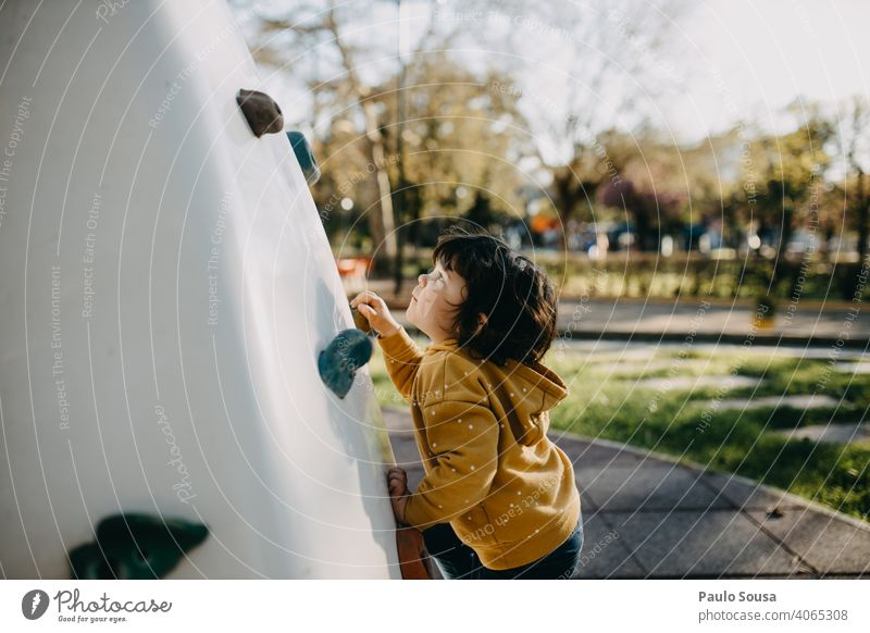 Kinderkletterwand am Spielplatz Kindheit Mädchen Kaukasier 1-3 Jahre Klettern Spielen Lifestyle Fröhlichkeit Tag Freizeit & Hobby Außenaufnahme Mensch Farbfoto