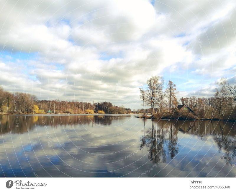 Wolkenhimmel spiegelt sich im kleinen Moorsee See idyllisch Idylle Panorama (Aussicht) Stille Sonnenschein Winterstimmung Spiegelung Spiegelung im Wasser