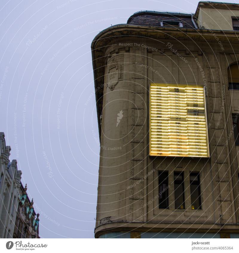 Leuchtkasten in der Dämmerung an der Ecke Fassade Leuchtkraft Silhouette Neonlicht Strukturen & Formen unvollständig Leuchtröhre Lichterscheinung Abenddämmerung