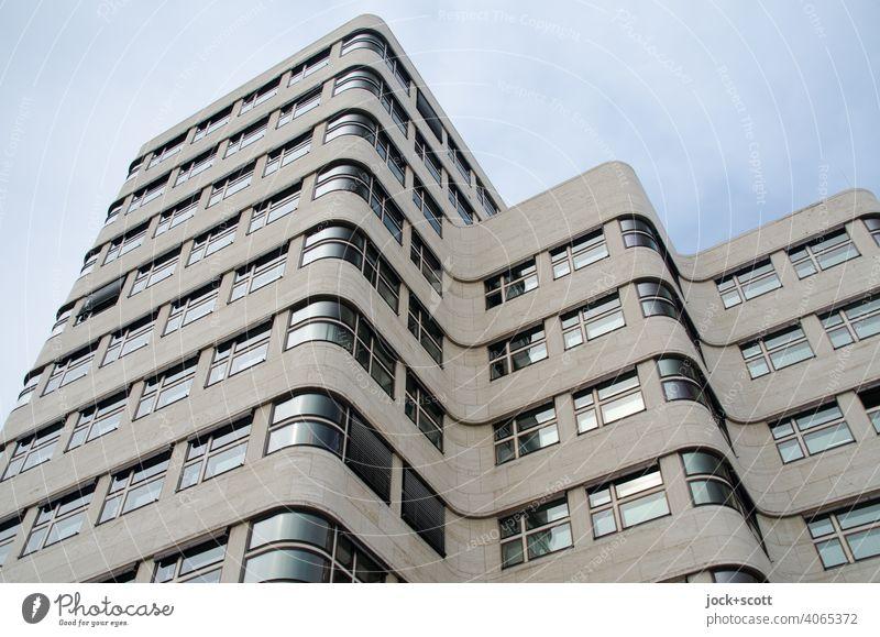 nüchtern sachliche Hausfassade Shell-Haus Fassade Sehenswürdigkeit retro innovativ Wellenform Architekturfotografie geschwungen Stil Tiergarten Bürogebäude