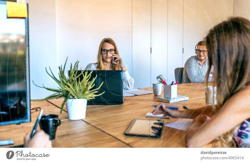 Frau arbeitet im Büro überrascht suchen Laptop Bildschirm sprechend Telefon Geschäftsfrau Mitarbeiter Mobile Arbeitsplatz Mitteilung Problematik Ärger Menschen
