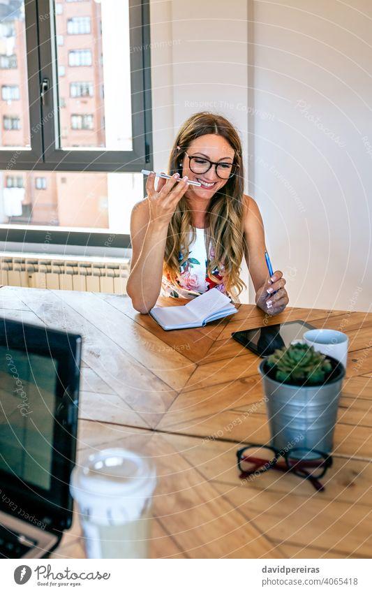 Büroangestellter, der mit einem Mobiltelefon mit Lautsprecher spricht Geschäftsfrau sprechender Lautsprecher Coworking-Büro Mobile Handy Gespräch Inbetriebnahme