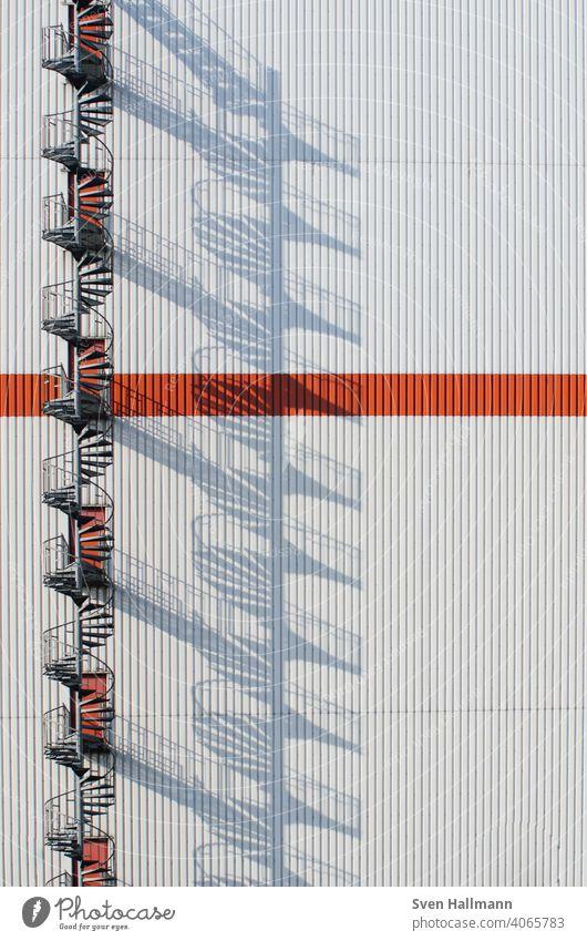 runde Feuerleiter wirft große Schatten bremen dna schatten treppe Muster Fassade ästhetisch modern Außenaufnahme Farbfoto Bremen Symmetrie Strukturen & Formen