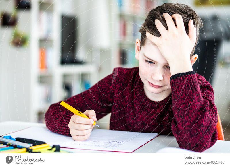 homeschooling ade... nachdenklich anstrengen angestrengt zu Hause Unterricht Homeoffice Deutsch Familie Bildung zu Hause arbeiten zu Hause bleiben Homeschooling