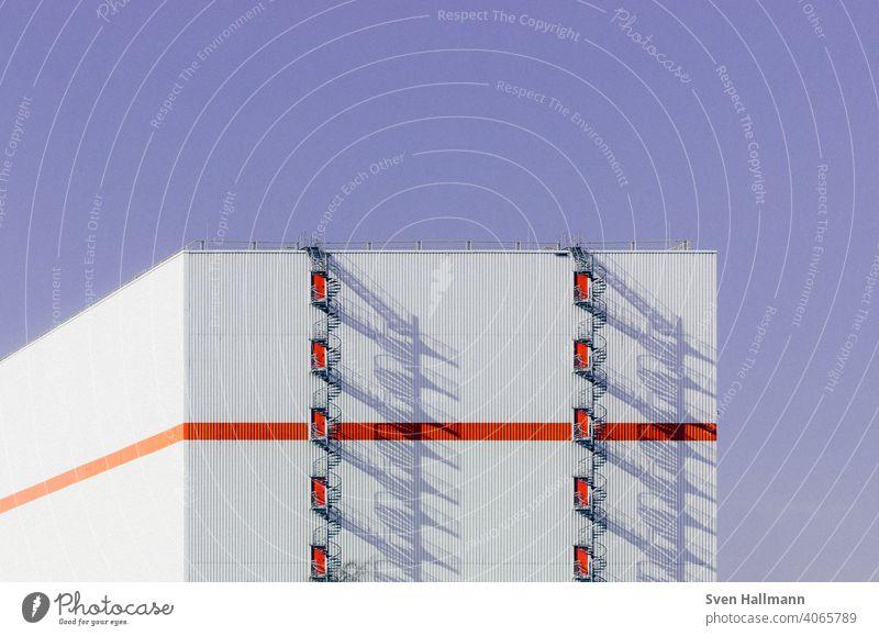 runde Feuerleiter wirft großen Schatten bremerisch DNA Treppe Muster Fassade ästhetisch modern Außenaufnahme Farbfoto Symmetrie Strukturen & Formen Menschenleer