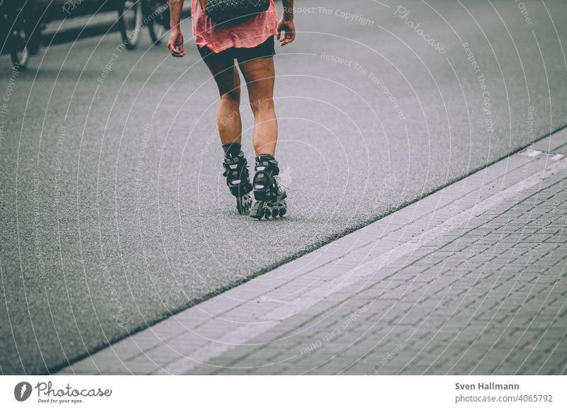 Frau fährt auf Inline Skates Inliner fahren rollen skates straße Inline skates Bewegung Freizeit & Hobby Inline Skating Geschwindigkeit Sport sportlich Sportler