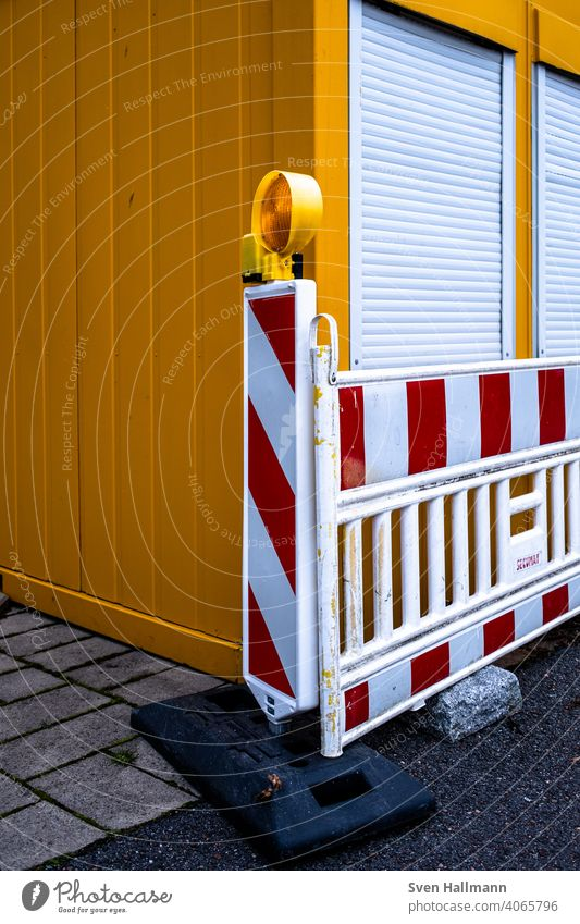rot-weiße Absperrung vor Container Baustelle Rollläden gestreift orange Schutz Sicherheit Außenaufnahme Verbote Absperrband Barriere Gitter verbot Metall
