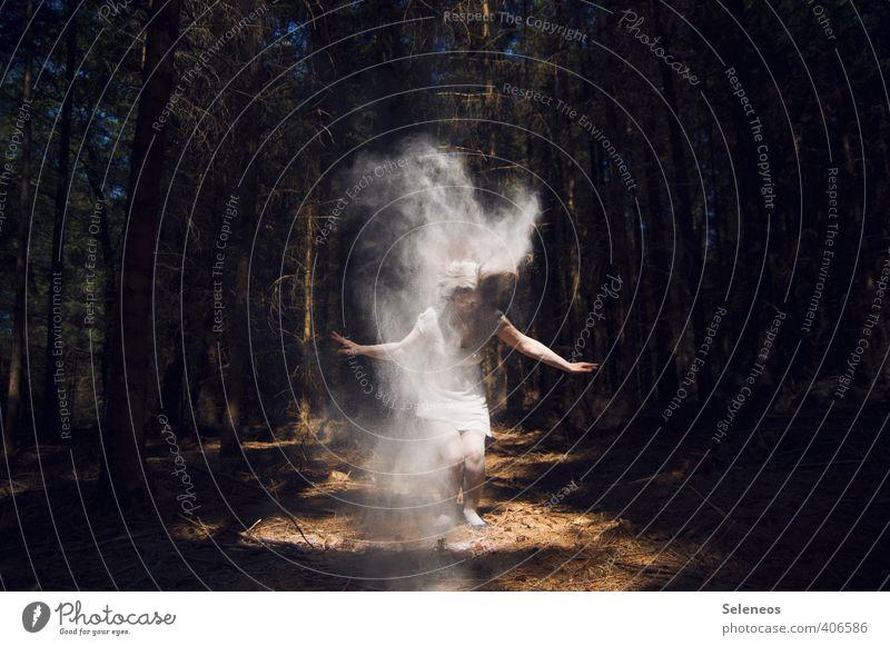 Materialisierung Mensch Frau Erwachsene 1 Baum Wald Bewegung gruselig Geister u. Gespenster geisterhaft Mehl Farbfoto Außenaufnahme Tag Licht Schatten Kontrast