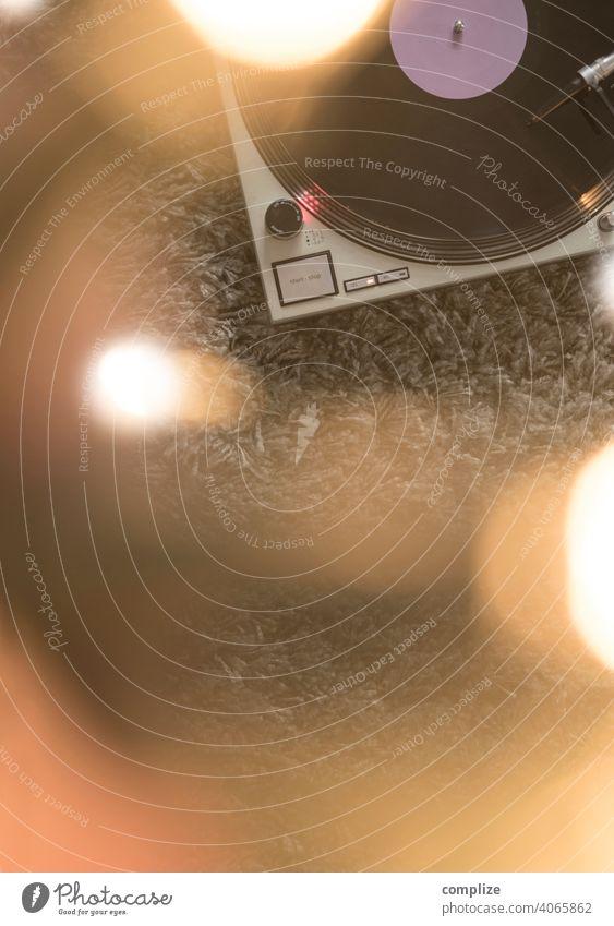 Im Rausch der Musik - Turntables Nachtleben Lounge Diskjockey Tanzen clubbing Feste & Feiern ausgehen Schallplatte Spielen Plattenspieler retro Farbfoto