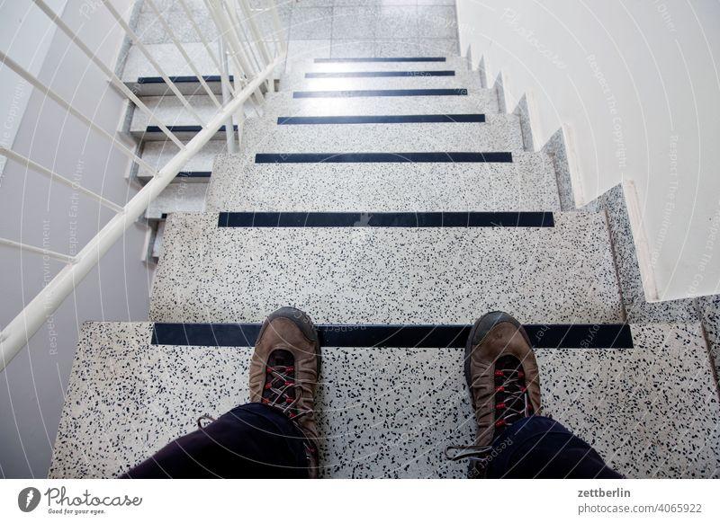 Auf der Treppe sitzen absatz abstieg abwärts aufstieg aufwärts fenster geländer haus mehrfamilienhaus menschenleer mietshaus neubau stufe textfreiraum treppe