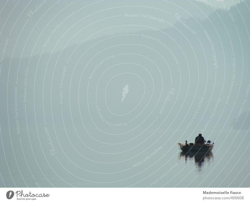 Angler im Boot auf dem See im Nebel Freizeit & Hobby Angeln 1 Mensch Wasser sitzen grau geduldig ruhig Pause Gedeckte Farben Außenaufnahme Textfreiraum links