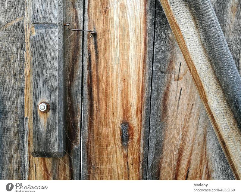 Unbehandeltes verwittertes Holz mit Schraube und Mutter eines Holzhaus im Bauernhausmuseum in Bielefeld Olderdissen im Teutoburger Wald in Ostwestfalen-Lippe
