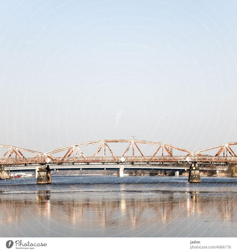 die brücke. Brücke Architektur Straße Wege & Pfade Bauwerk Menschenleer Stahl Eisen Spiegelung im Wasser Reflexion & Spiegelung Bogen Pfeiler Sehenswürdigkeit