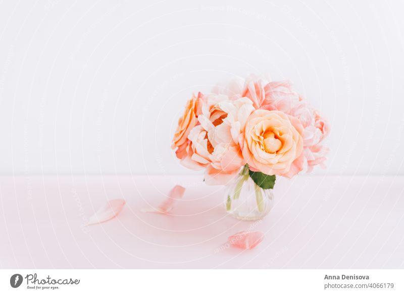 Frischer Strauß aus rosa Pfingstrosen und Rosen Pastell Roséwein Haufen Blume Blumenstrauß geblümt Blütenblätter Tapete Postkarte Frühling Liebe Sommer
