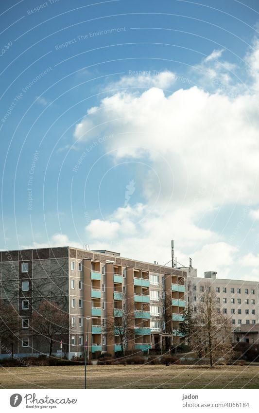 schöner wohnen (2). Plattenbau Haus Hochhaus Architektur Stadt Fassade DDR Neubau Neubaugebiet Rasenfläche Gebäude Beton Balkon Häusliches Leben Wohnung Bauwerk