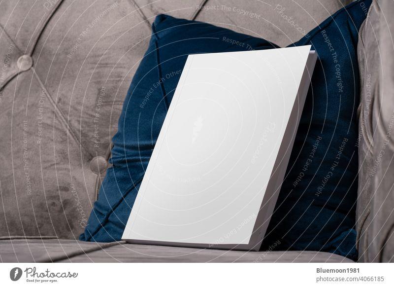 Buch mit leeren Abdeckung auf Samt Sofa blau Kissen Attrappe editierbar Wandel & Veränderung blanko Vorlage Innenbereich Kopfkissen Taschenbuch Werbung Business
