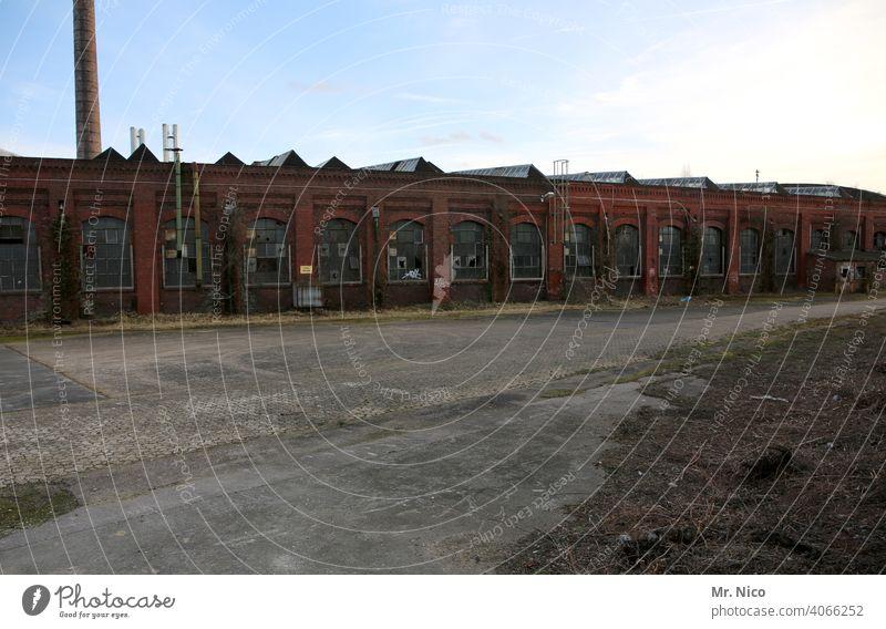 Fabrikgelände Gebäude Lagerhalle Lagerhaus Industriegelände Bauwerk Arbeit & Erwerbstätigkeit Gewerbegebiet Altbau Architektur Unternehmen industriell Fassade
