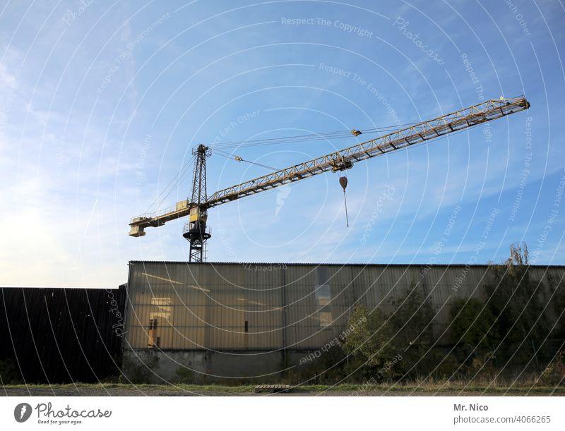 Turmdrehkran Kran Industrie Himmel Baustelle Arbeit & Erwerbstätigkeit hoch Fabrikhalle Blauer Himmel Stahlkonstruktion Wirtschaft Architektur Lagerhalle