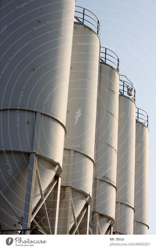 5er Silo Industriefotografie Stahl silage Himmel alt Rost Industrielandschaft Industrieanlage industriell Fabrik Landhandel Bauwerk Einlagerung einlagern Vorrat