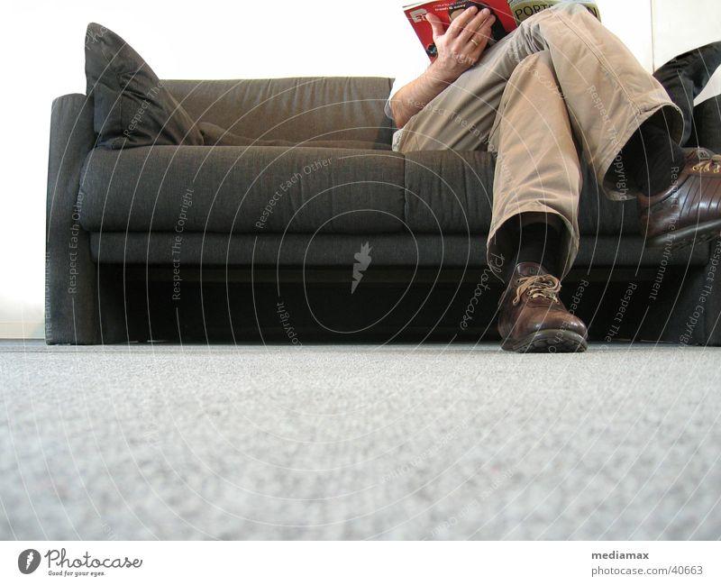 Warten lesen Erholung Sofa Froschperspektive Kissen Mensch warten Beine beine übereinandergeschlagen sitzen