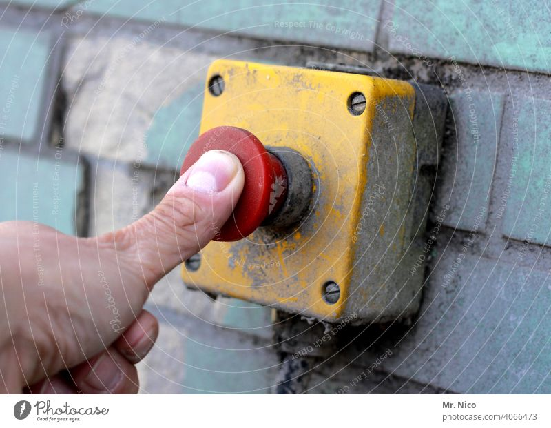 Notausschalter drücken Hand Finger betätigen Schalter aktivieren Technik & Technologie ausschalten Button buzzer Hauptschalter Sicherheit betätigungselement