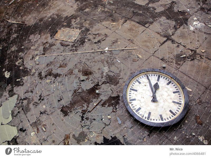 5 vor 12 Zifferblatt Ziffern & Zahlen Zeit Uhr Uhrenzeiger weiß schwarz Fünf-vor-zwölf Uhrzeiger rund früh spät Genauigkeit Minutenzeiger Termin & Datum