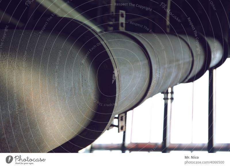 dickes Rohr Abflussrohr Industrie Fabrik Industrieanlage fabrikanlage Industriebetrieb dreckig Lichteinfall Fabrikhalle werkshalle leitung