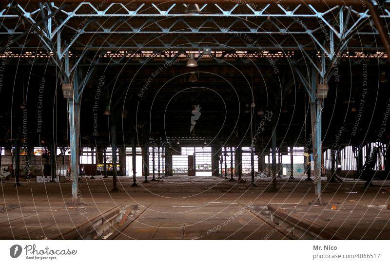 Werkhalle Fabrikhalle Lager Gebäude Halle Architektur Bauwerk Produktionsstätte produktionshalle Industrieanlage Industriekultur Insolvenz fabrikanlage staubig