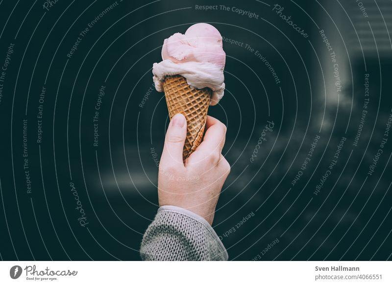 Eiscreme in der Hand lecker Sommer Süßigkeit waffel Zapfen Sahne Lebensmittel Waffel Geschmack Dessert Speiseeis geschmackvoll kalt süß Molkerei weich Schmelzen