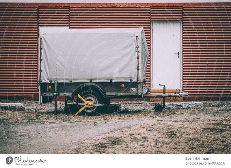 Anhänger steht vor dem Gebäude anhänger orange bombig Tür Zauberstab Verkehrsmittel Fahrzeug Lastkraftwagen Güterverkehr & Logistik Lastwagen Mobilität parken
