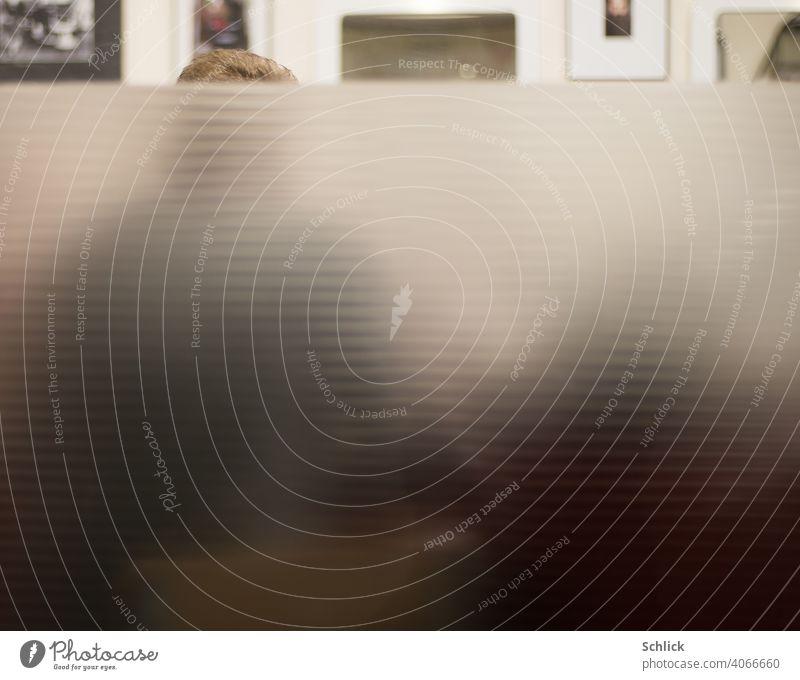 Beim Friseur Blick von außen auf ein mattiertes Fenster Friseursalon Außenaufnahme Haarschopf Schaufenster undurchsichtig Mattglas Glas geringe Tiefenschärfe