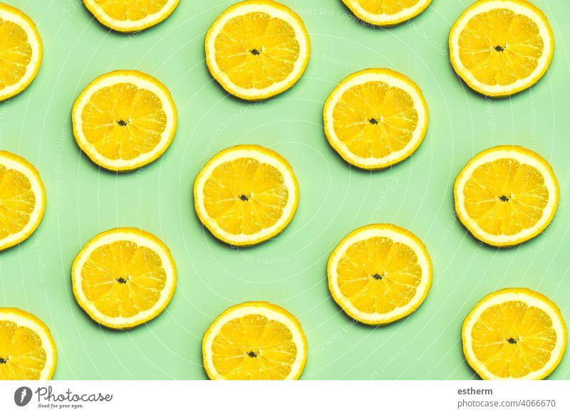 Draufsicht auf das kreative Muster aus Zitronenscheiben natürlich Frucht Zitrusfrüchte Lebensmittel Gesundheit frisch Sommer Hintergrund Scheibe gelb süß Textur